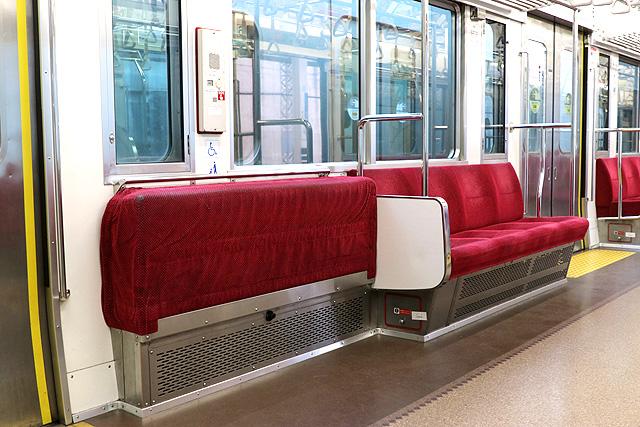 小田急8000形(後期更新車)車いすスペース、折り畳み座席