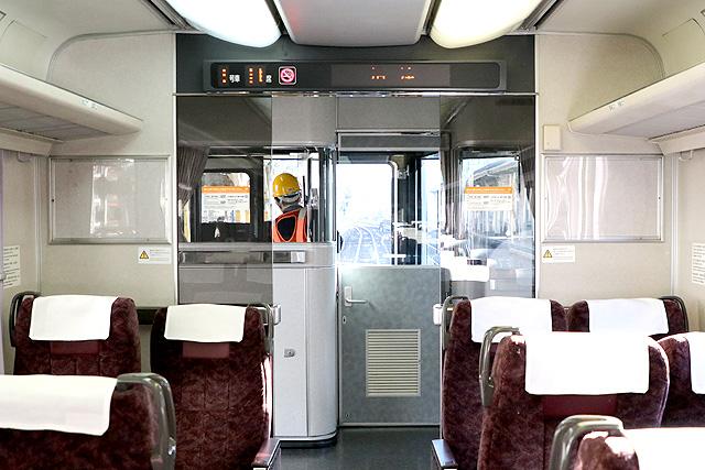 JR東海373系 デッキ仕切り、乗務員室背面