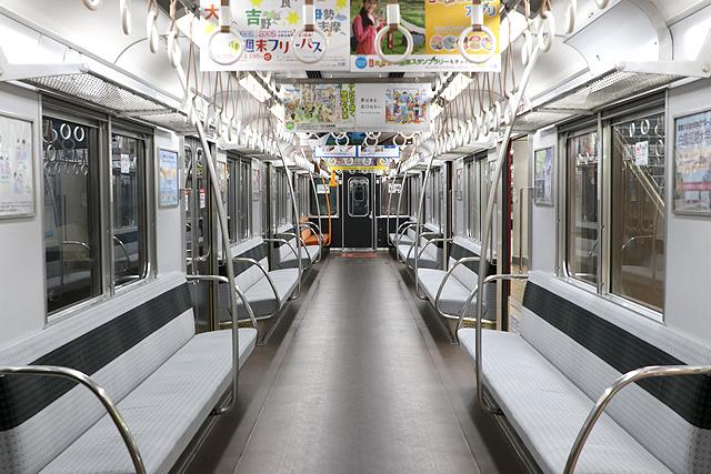 近鉄名古屋線系統で活躍する4ドア通勤型車両、2000系電車のうち、車内デザインが大幅に刷新されたB更新車の車内デザインをご紹介します。