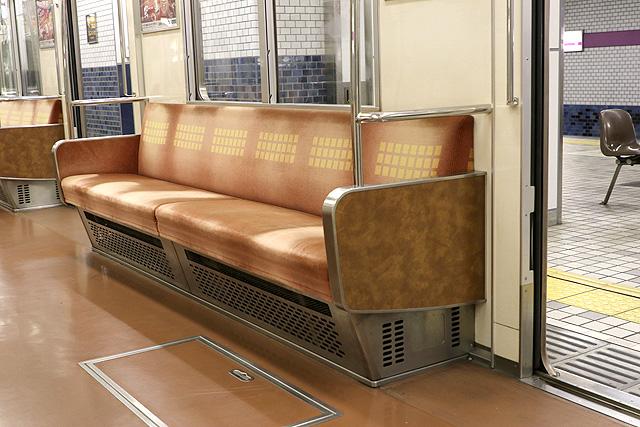 Osaka Metro 22系(最終増備車)座席、袖仕切り