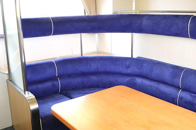 近鉄30000系ビスタEX(2階建て車両) ソファシート(1階席)、テーブル