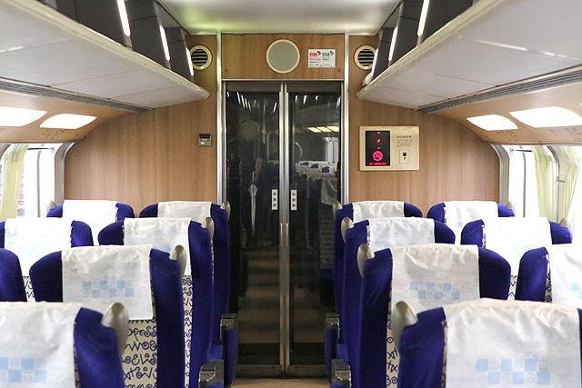 近鉄30000系ビスタEX(2階建て車両) 妻面(貫通路側)