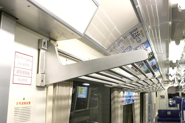 東京モノレール1000形(新塗装車) 荷棚