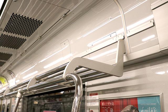 つくばエクスプレスTX-2000系(初期車)荷棚