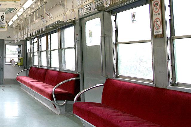 熊本電鉄5000形 座席、袖仕切り、客用ドア