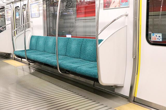 つくばエクスプレスTX-2000系(初期車)座席(ロングシート改造車)