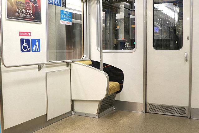 京阪7000系 車いすスペース、一人がけシート