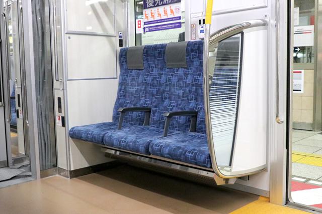 東武70090型THライナー 優先席