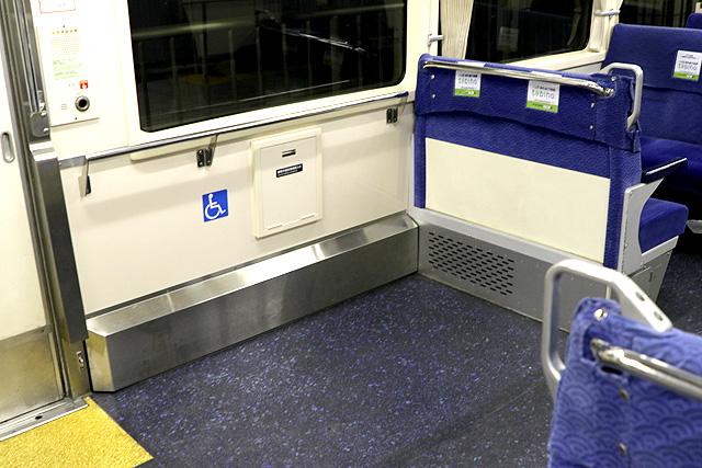 東京モノレール1000形(新塗装車) 車いすスペース
