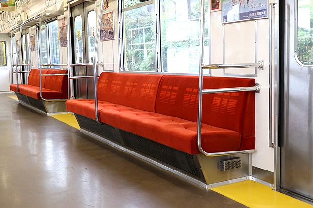 西武9000系(ワンマン車)座席、袖仕切り、スタンションポール