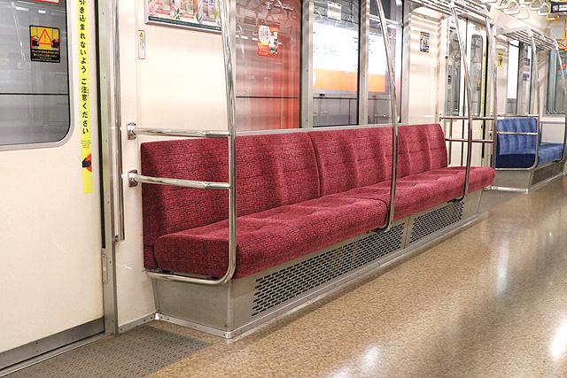 東京メトロ02系80番台 座席、袖仕切り、スタンションポール