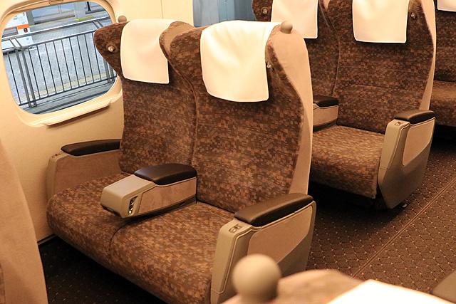 JR東海N700A(グリーン車)回転リクライニングシート、肘掛、読書灯