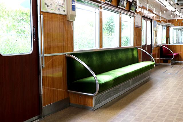 能勢電鉄5100系(復刻車両)座席、袖仕切り