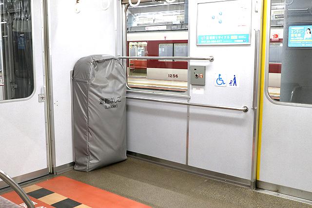 近鉄2610系(X22編成)車いすスペース、避難はしご