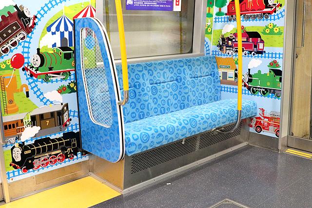 都営地下鉄12-600形(3次車)優先席(子育て応援スペース)