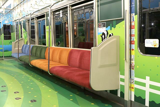 横浜高速鉄道Y000系うしでんしゃ 座席、袖仕切り、スタンションポール