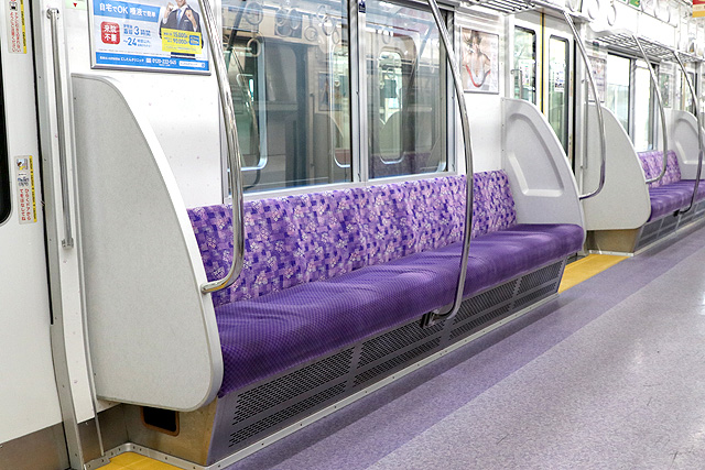 京王1000系(初期車・リニューアル)座席、袖仕切り、スタンションポール