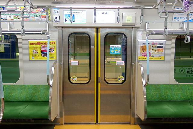 都営地下鉄新宿線10-300形5次車 黄色い警戒ステッカー