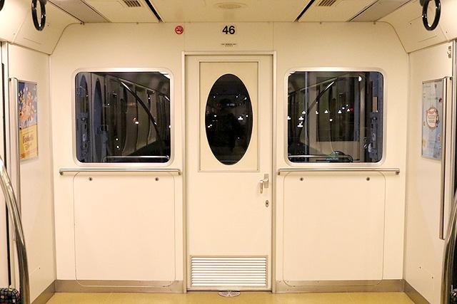 ディズニーリゾートラインType X(10形)乗務員(キャスト)室背面