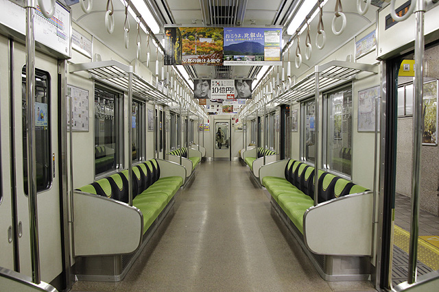 京阪9000系の2008年、ロングシート化された車内