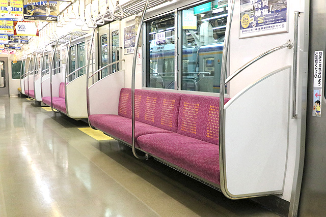 泉北高速鉄道7020系座席、袖仕切り、スタンションポール