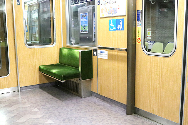 神鉄6000系の優先座席(折り畳み式)、車いすスペース