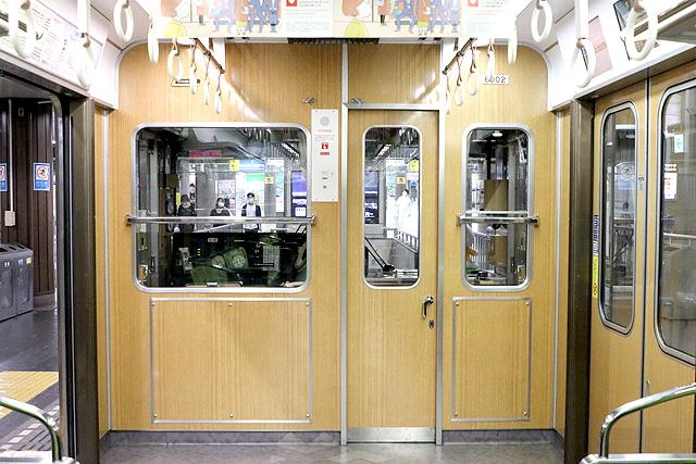 神鉄6000系の乗務員室背面