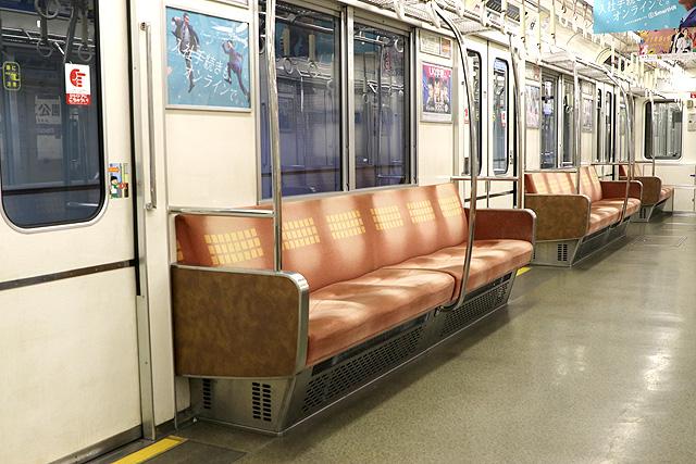 Osaka Metro23系(初期リニューアル車)座席、袖仕切り、スタンションポール