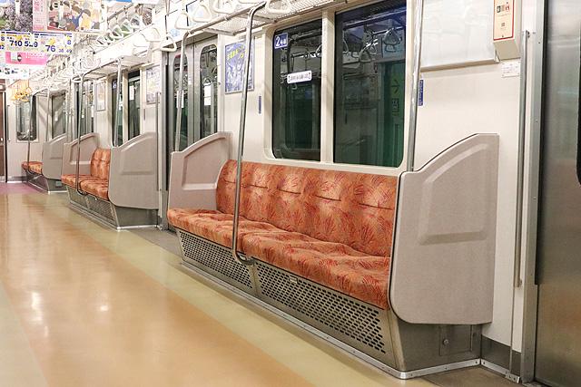 横浜市営地下鉄3000S形 座席、袖仕切り、スタンションポール