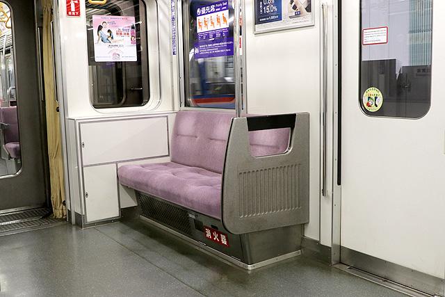 都営6300形(2次車)優先席(ロングシート)