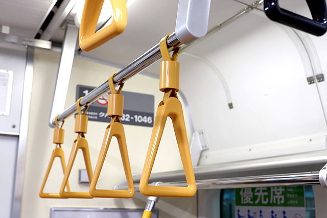JR東日本E233系1000番台 吊革(優先席)