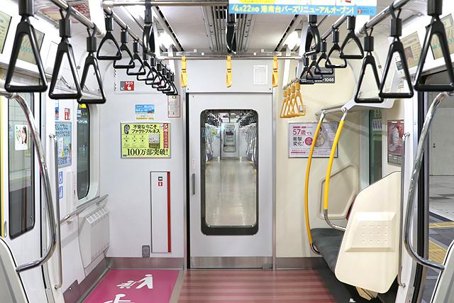 JR東日本E233系1000番台 貫通路