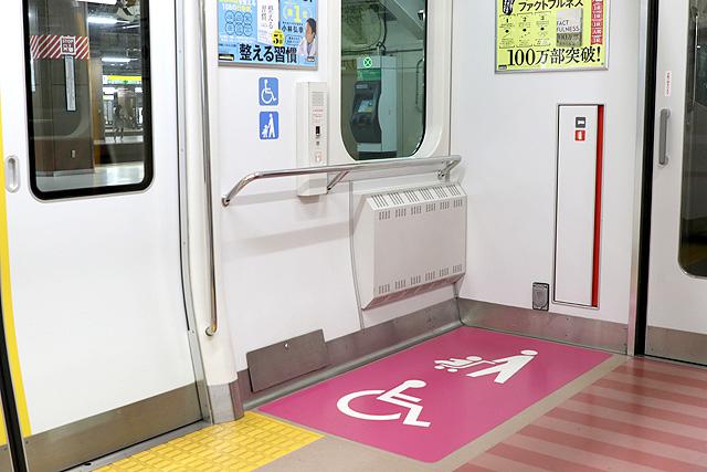 JR東日本E233系1000番台 車いすスペース