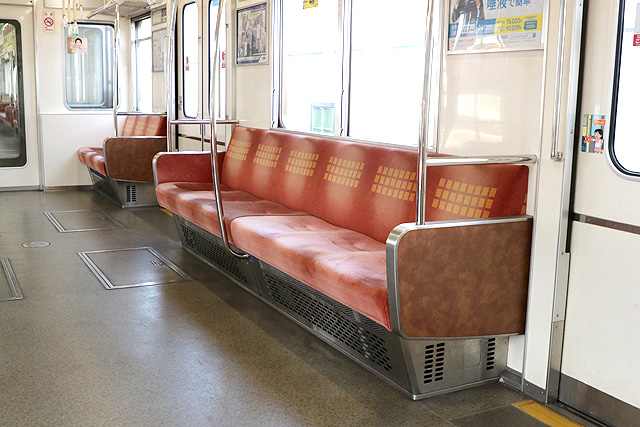 Osaka Metro 24系(初期リニューアル車)座席、袖仕切り、スタンションポール