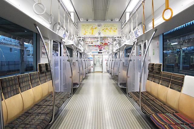 床がQRコードの電車