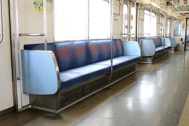東武30000系(1次車)座席、袖仕切り、スタンションポール
