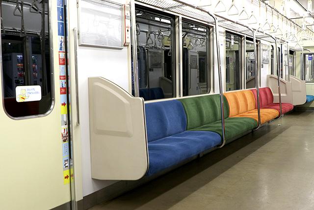 横浜高速鉄道Y000系座席、袖仕切り、スタンションポール