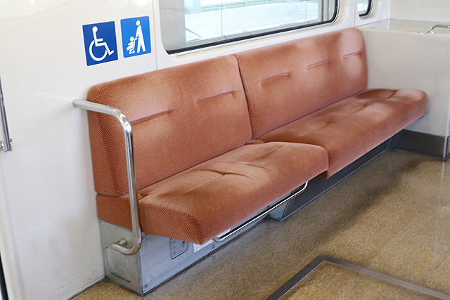 神戸新交通1000型(最終編成)車いすスペース(折り畳み座席)