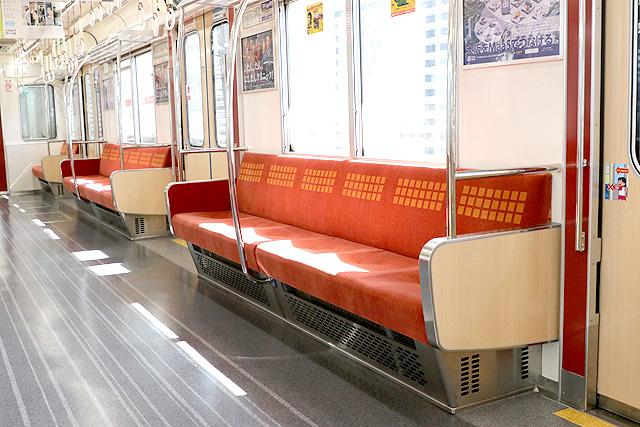 Osaka Metro21系(1996年増備車)座席、袖仕切り、スタンションポール